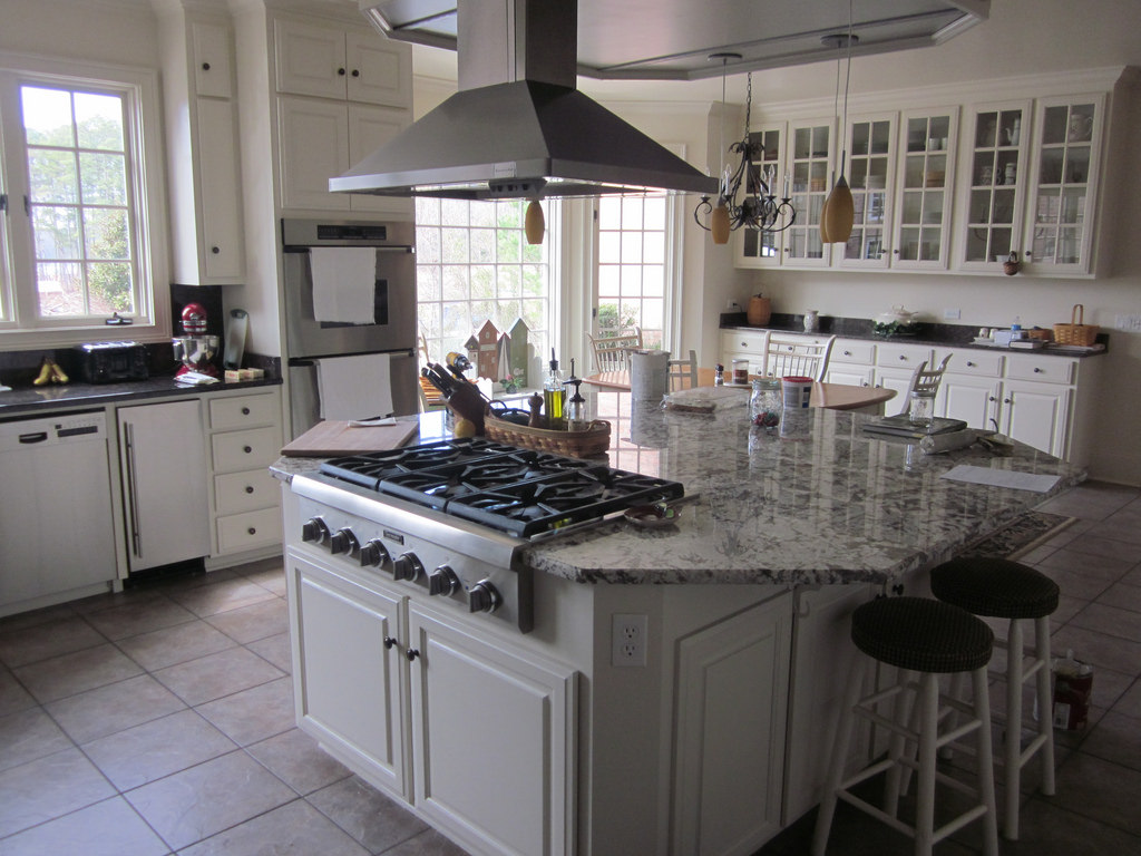 Extravagant White Kitchen With Eat-In and prep kitchen island